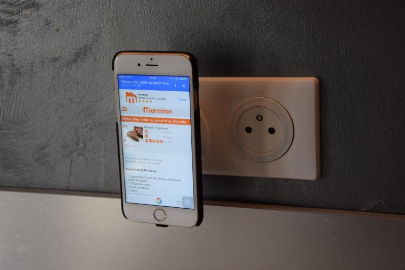 iphone 6S sur chargeur sans fil prise secteur